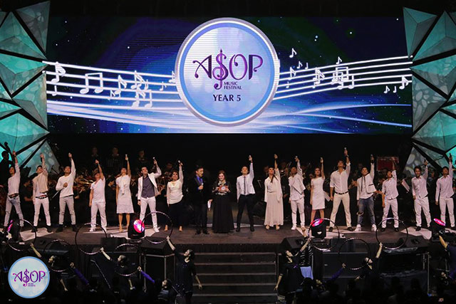 The performers' opening number during A Song Of Praise Music Festival Year 5 Grand Finals on November 7, 2016 at the Smart Araneta Coliseum. (Photoville International / Kenneth Valladolid)